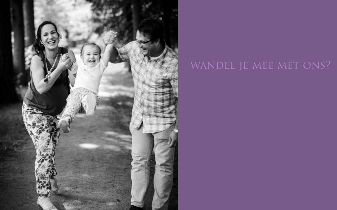 Familiefotoshoot wandelend in de tuin van Kasteel de Cannenburch